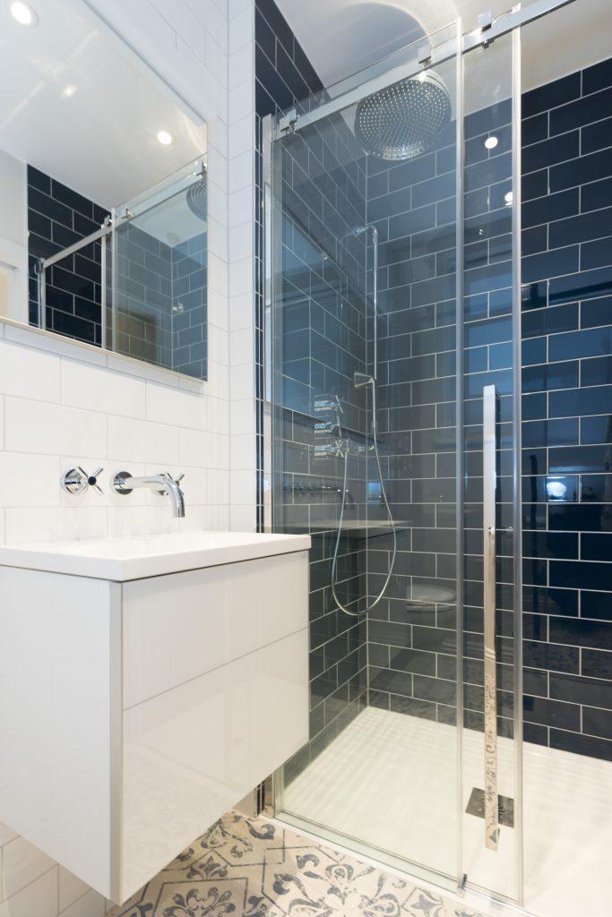 Shower enclosure with sliding door